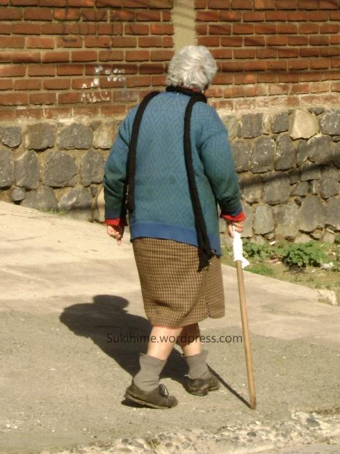abuelita paseando por el cerro